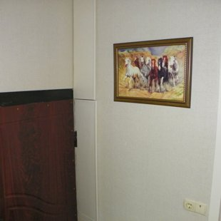 Справа дверки. Там до потолка полочки