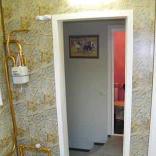 Проход из коридора в туалет, к запасному выходу, спальне.