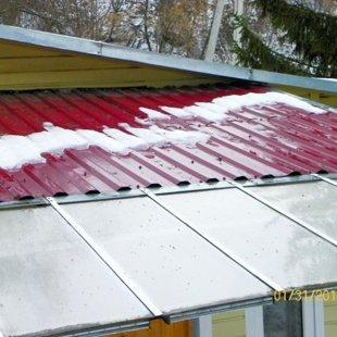 На крыше и навесе снег тоже растаял