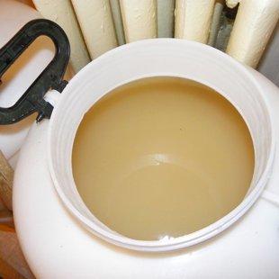 Переливаем сироп с дрожжами в ёмкость