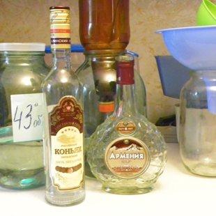 Разливаем подарки по симпатичным бутылкам.