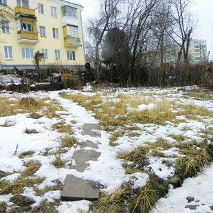 На открытом огороде тают остатки снега.