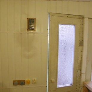 Дверь со стеклом, вводной автомат, электрика - натуробмен.